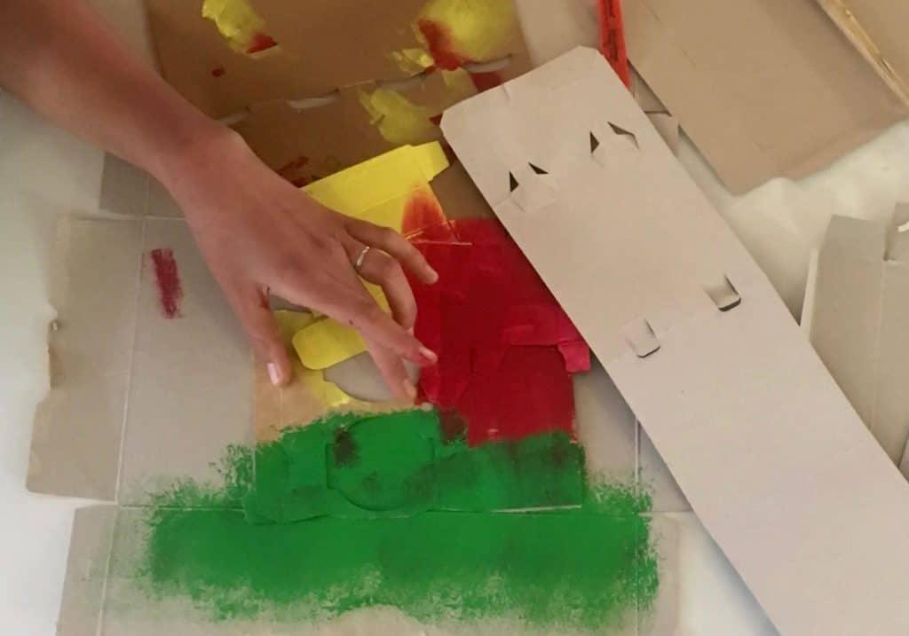Main adulte et carton peints
