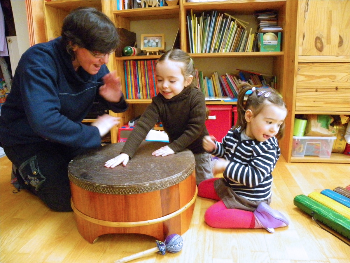 Enfants et adulte tambour