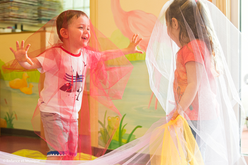 Enfants dansent avec voilages