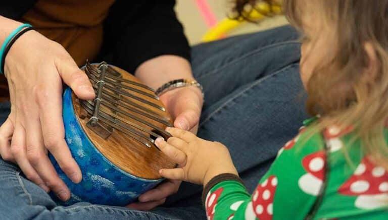 Enfant joue kalimba